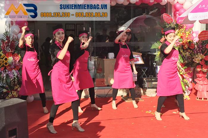 Các khách hàng vô cùng thích thú với tiết mục nhảy flashmob  của vũ đoàn EMMY tại La Maison- Thịt ngon quốc tế Ngô Xuân Quảng, Gia Lâm ,Hà Nội.