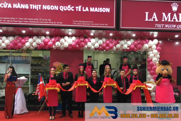 Đại diện La Maison cắt băng khánh thành cửa hàng La Maison – Thịt ngon quốc tế Phạm Nhọc Thạch, Đống Đa, Hà Nội